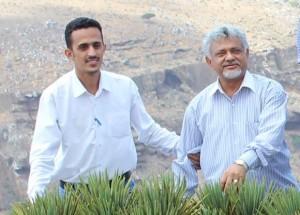 مع صديقي وأستاذي العزيز سعادة السفير الدكتور :خالد راجح شيخ في جزيرة سقطرى على احدى شجر دم الأخوين